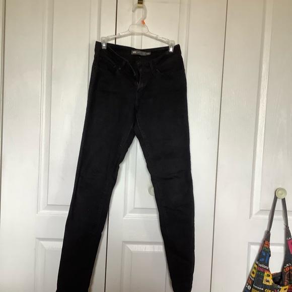Black mid rise Levi skinny jeans
